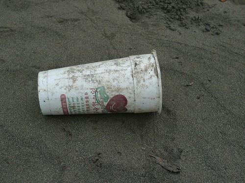 一次性飲料杯危害環境匪淺。(圖:荒野協會提供)