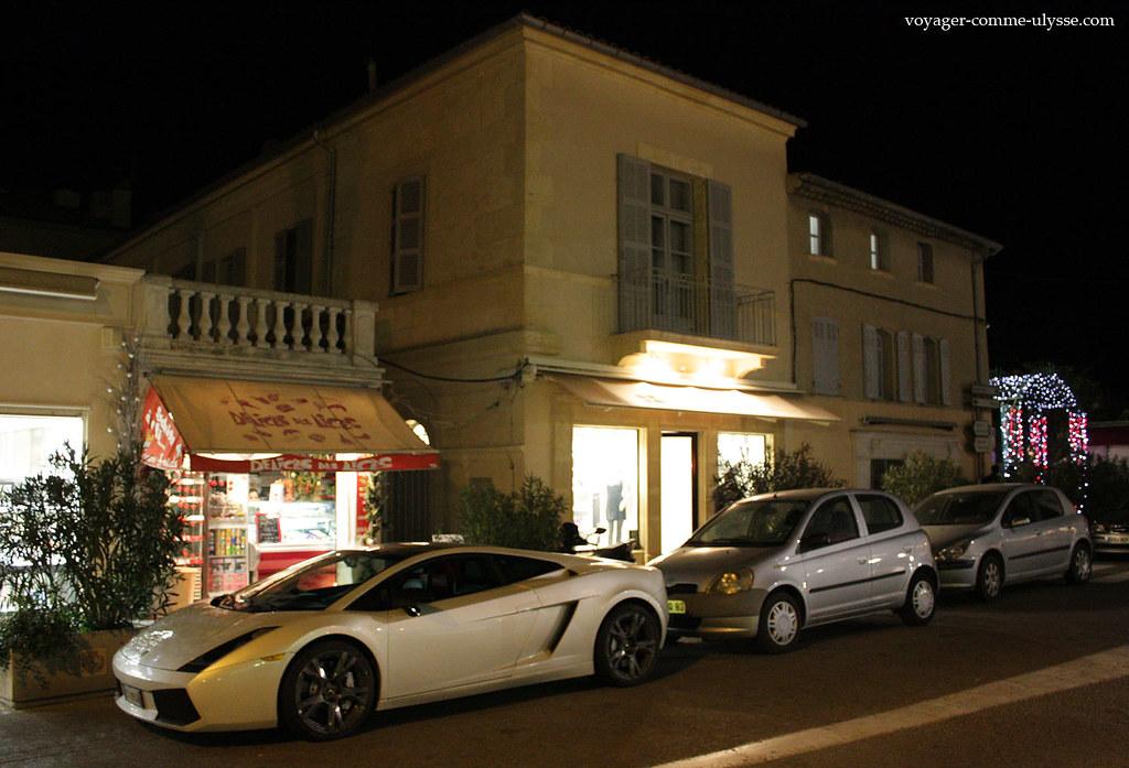 Une Lamborghini, garée dans la rue…