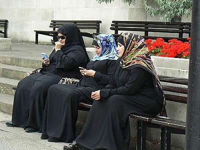 femmes voilées sur un banc.jpg