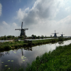Windmills of Holland (Kinderdijk) (pas le matin) Tags: blue cloud holland reflection green mill windmill colors clouds landscape moulin couleurs windmills vert bleu lilly netherland nuage nuages paysage mills nnuphar reflexion paysbas herb kinderdijk herbe waterlilly moulins barrire moulinsvent moulinvent fenca llillies watterlillies nnuphas