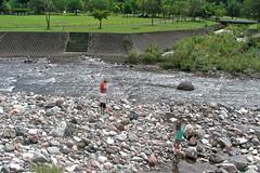 麻那姫湖青少年旅行村で川遊び
