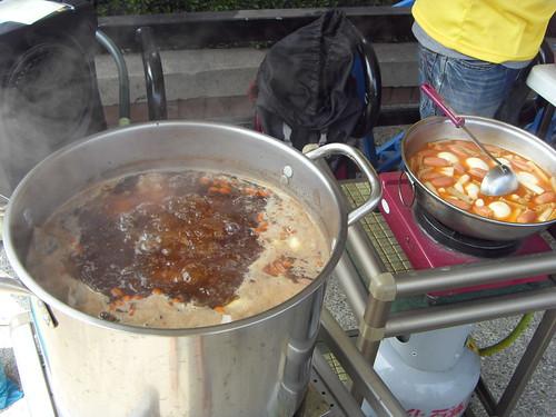 大欽的這鍋香噴噴的新加坡肉骨茶湯一下子就被搶光光^^