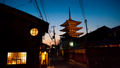 Yasaka no to pagoda (Hokan-ji Temple) : Gion, Kyoto, Japan / Japon (Lost in Japan, by Miguel Michn) Tags: sunset yellow japan night atardecer temple noche kyoto buddhism amarillo  gion bluehour kioto templo budismo japn  hokanji gionkobu  japon horaazul