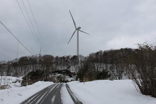 雪の坂道・風車の裏側