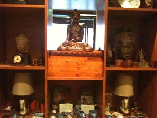 仏像が飾っていてタイっぽいですね。
