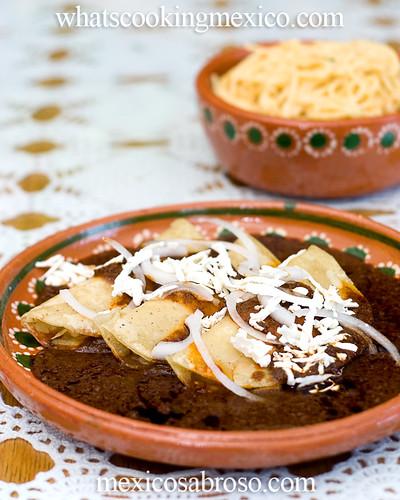 Enchiladas de mole almendrado