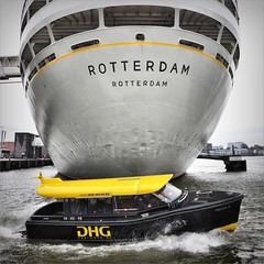 David and Goliath (Frank van de Loo) Tags: holland netherlands boot boat rotterdam barca barco ship taxi nederland thenetherlands vessel nave cruiseship maas bateau paysbas schiff watertaxi niederlande nieuwe bote hollande schip nieuwemaas navire maashaven dieniederlande hollanda paquebot dhg fartyg katendrecht ssrotterdam dhgvastgoed