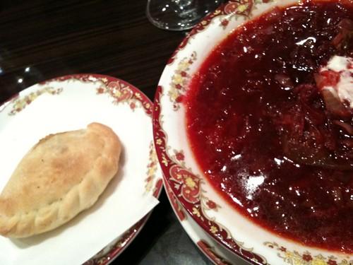 ランチはロシア料理屋さんでした。まずはボルシチとピロシキ。