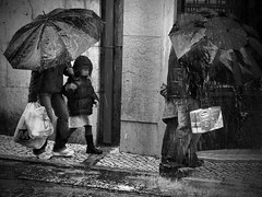 Lots!... (Rui Palha) Tags: street people bw blackwhite lisbon streetphotography rainydays interestingness6 noirblanche ruipalha