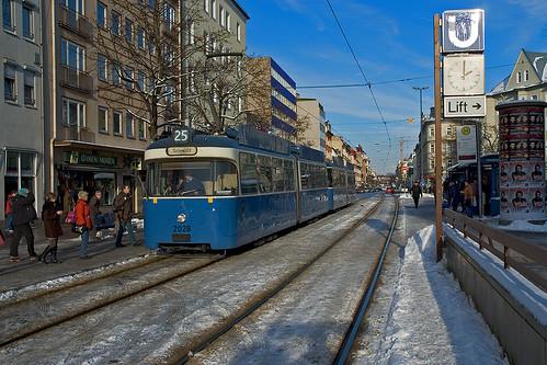 2028 nimmt an der Haltestelle Silberhornstraße die frierenden Fahrgäste auf