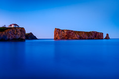 a piercing blue (Port View) Tags: fujixe2 perce quebec qc canada cans2s spring rock rocher water blue hour smooth clear sky clifs house white red roof evening 2017