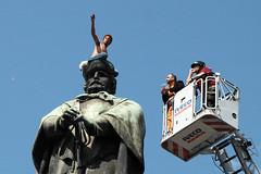 Napoli_Aziz_20090610 (10) (olivo.scibelli) Tags: fotografie napoli – ragazzo africano statua garibaldi testa disturbi psichici immigrati aziz avventura finita tragicamente rimpatriato paese