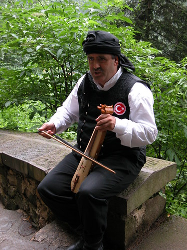 DSCN0219 Montée vers le monastère de Sümela, musicien
