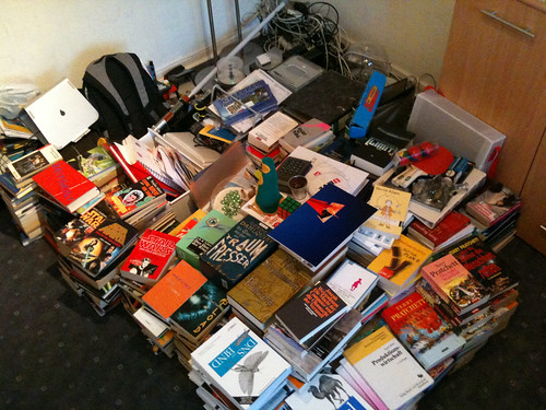 Bücher und *viel* Zeugs