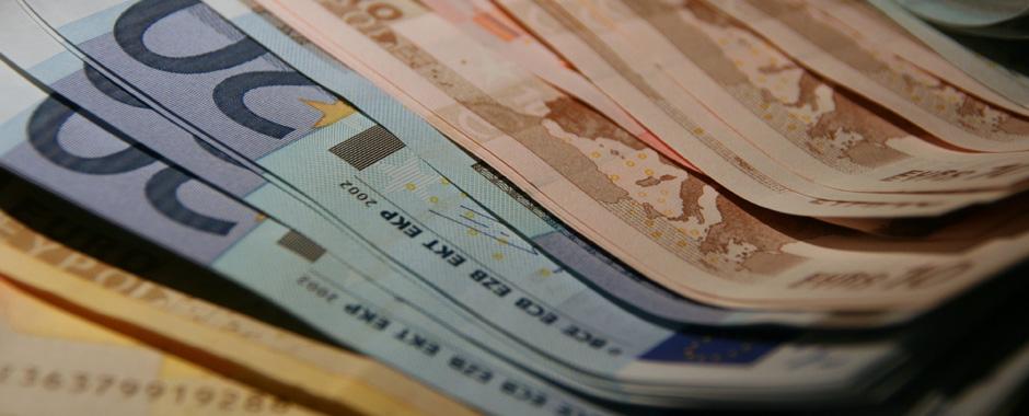 Fotografía de unos billetes de Euro, de distintos valores, superpuestos uno encima de otro