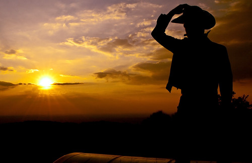 [フリー画像] 人物, 人と風景, 男性, 夕日・夕焼け・日没, シルエット, カウボーイ, 201009191700