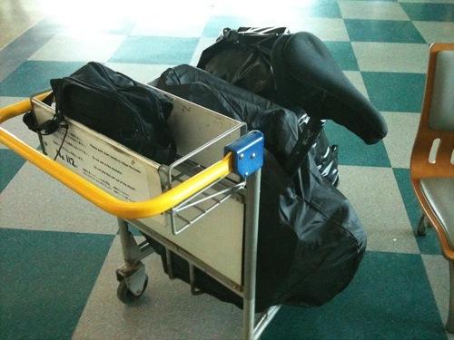 空港内ではカートが使えるので飛行機輪行は楽だ。