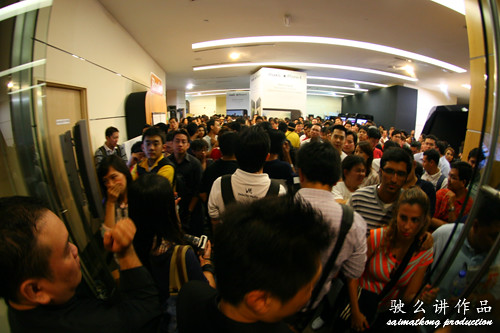 Crazy crowd at The Gardens for the Maxis iPhone 4 Launch