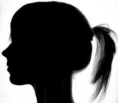 女性の横顔のシルエット