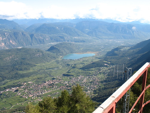Blick vom Aussichtsturm auf Kaltern und den Kalterer See