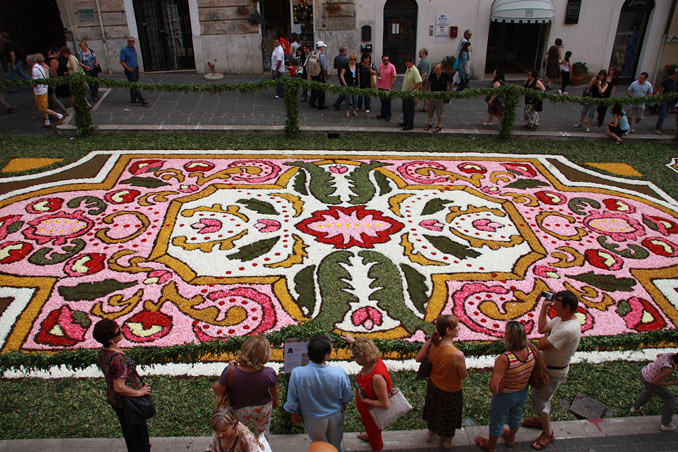 5038603320 0e23470984 b Infiorata – the Italian flower festival in Genzano [35 Pics]