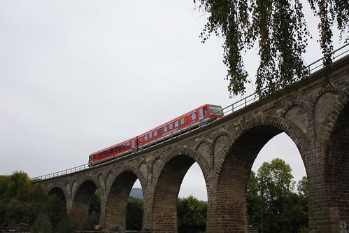 Triebwagen 623 223 auf Viadukt