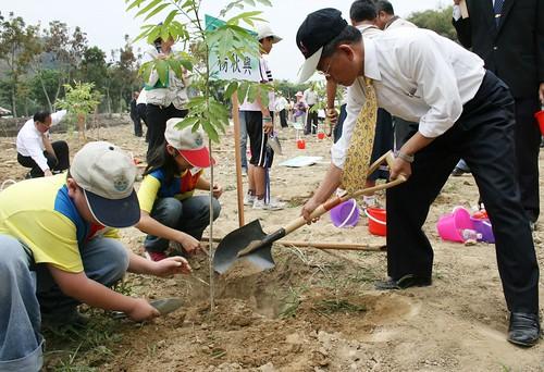 990312慶祝植樹節響應愛地球  楊秋興率眾於天臺山種下500株無患樹