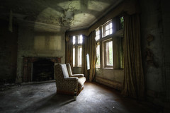 AHORA NADA ME AFECTA (WaysBcn) Tags: light england house color luz bottle decay daniel ventanas 7d ambient sillon mansion romero manor cortinas ways botella vino abandono chimenea oscuridad ambiente lea darck waysbcn