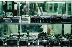 '^z (june1777) Tags: street camera window shop zeiss t fuji superia snap contax f 400 carl seoul g2 f2 kyocera 45mm planar xtra chungmuro gplanar wooricamera
