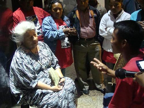 Conversa del hijo del cacique Sabino Romero a la diputada. Foto LuisCarlos Díaz, en Flickr