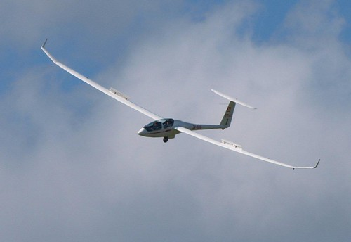 The DG-1000 tips in for a base turn