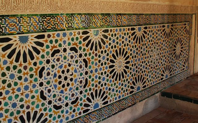 四周墙上到处是各种花纹图案的瓷砖
