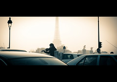 Violoniste  la Place de la Concorde - 4 - [Explored] 2011.02.02 (wenninparis) Tags: music paris nikon traffic eiffeltower streetphotography wenn f28 placedelaconcorde 80200mm violinplayer d700 wenninparis