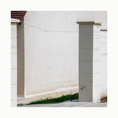 Côté cour (hélène chantemerle) Tags: murs piliers herbe blanc maison walls mainstay house grass white