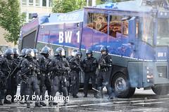 Protest gegen G20 - Schwere Krawalle im Schanzenviertel - 07.07.2017 - Hamburg - IMG_2535 (PM Cheung) Tags: schulterblatt plünderungen g20 hamburg welcometohell demonstration schwarzerblock protest g20summit krawalle ausschreitungen umsganze colourtheredzone shutdownthelogisticsofcapital polizei kundgebung fischmarkt roteflora schanzenviertel pmcheung wasserwerfer blockaden räumpanzer 2017 demo mengcheungpo gewerkschaftsprotest tränengas facebookcompmcheungphotography g20gegner 06072017 krisenpolitik blockupy hansestadt hartmutdudde polizeirepression camp kapitalismus usk partypolizei pomengcheung antikapitalismus g202017 gipfelgegner blockadeaktionen grosdemonstration gipfelprotest hamburgermesse donaldtrump angelamerkel euflüchtlingspolitik kurden türkei cobra sek mek schlump