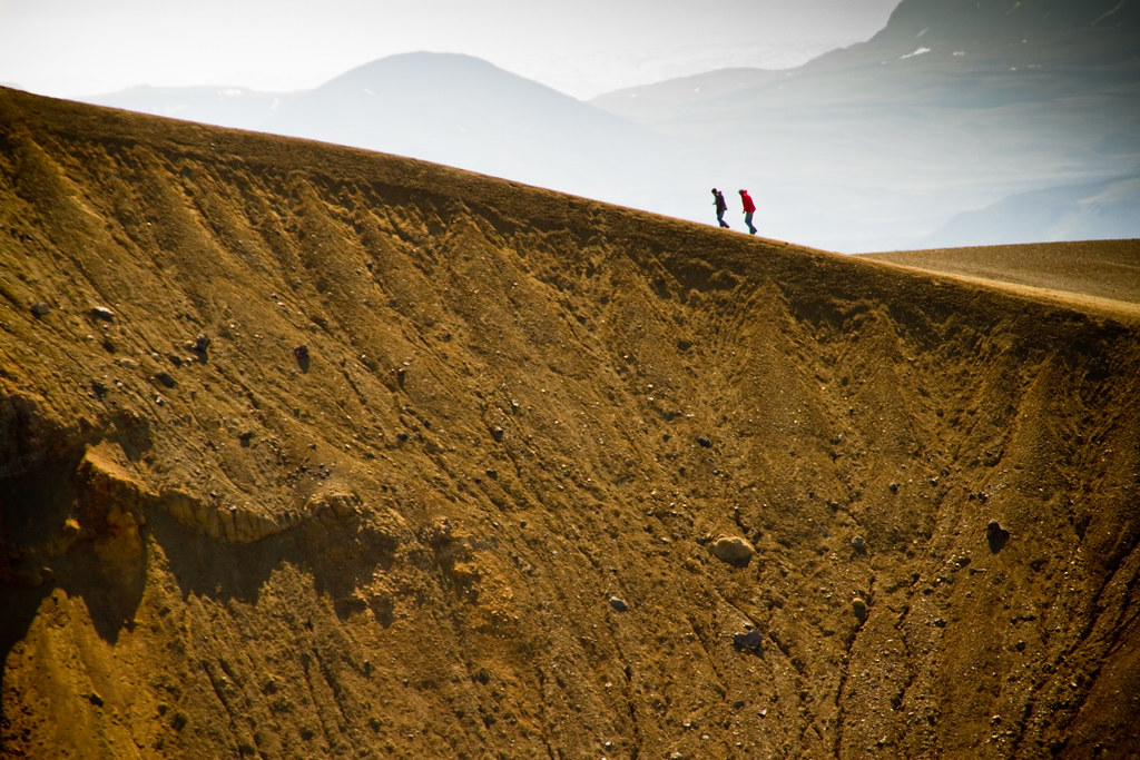 Krafla es una caldera volcánica de aproximadamente 10 km de diámetro con una larga zona de fisuras de 90 km, situada en el norte de Islandia en la región de Mývatn. Su pico más alto alcanza los 650 msnm.  Krafla incluye uno de los dos cráteres más conocidos de Islandia junto con Askja, Víti (en islandés víti significa infierno ya que antiguamente se pensaba que el infierno se encontraba bajo los volcanes). El crater Víti es famoso por el lago verde que aloja.  Krafla incluye así mismo a Námafjall, un área geotermal plagada de volcanes de lodo hirviente, solfataras y fumarolas humeantes.