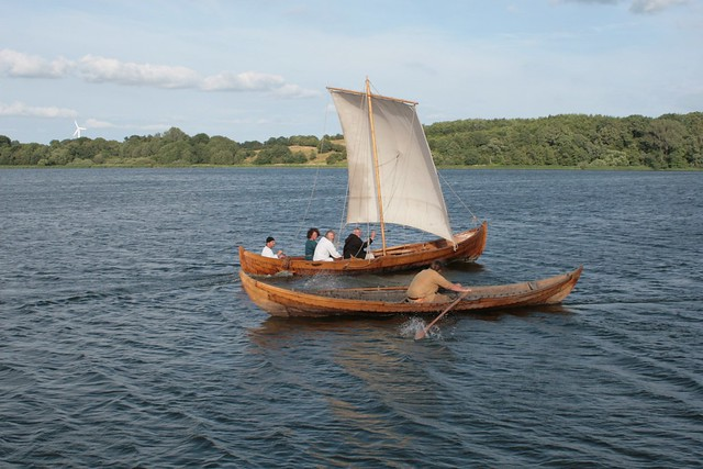 Slawenboot Perun und Wikingerboot Nökkvi treffen sich auf dem Haddebyer Noor bei Haithabu - Museumsfreifläche Wikinger Museum Haithabu WHH 24-07-2010