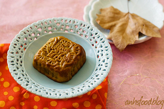 baked mooncake with salted yolk