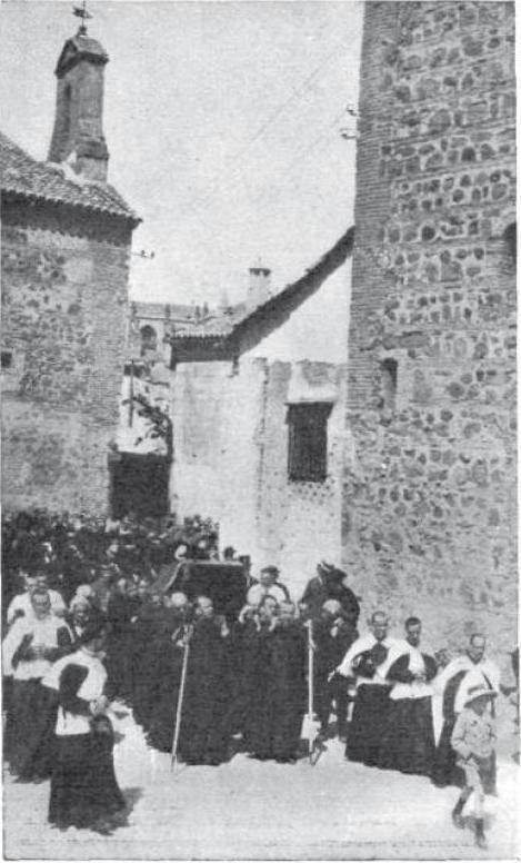 Entierro del Cardenal Guisasola llegando al Seminario junto a la Iglesia de San Andrés en 1920. Foto revista Caras y Caretas (Argentina)
