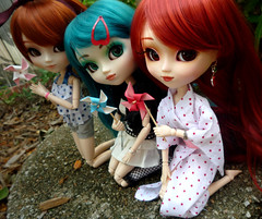 Melody, Delilah and Rose (Sparrow ) Tags: outdoor goth lolita jp pullip pinwheel rement prunella kirsche sugarmag obitsu junplanning custompullip rewigged customchips pullipprunella pullipkirsche