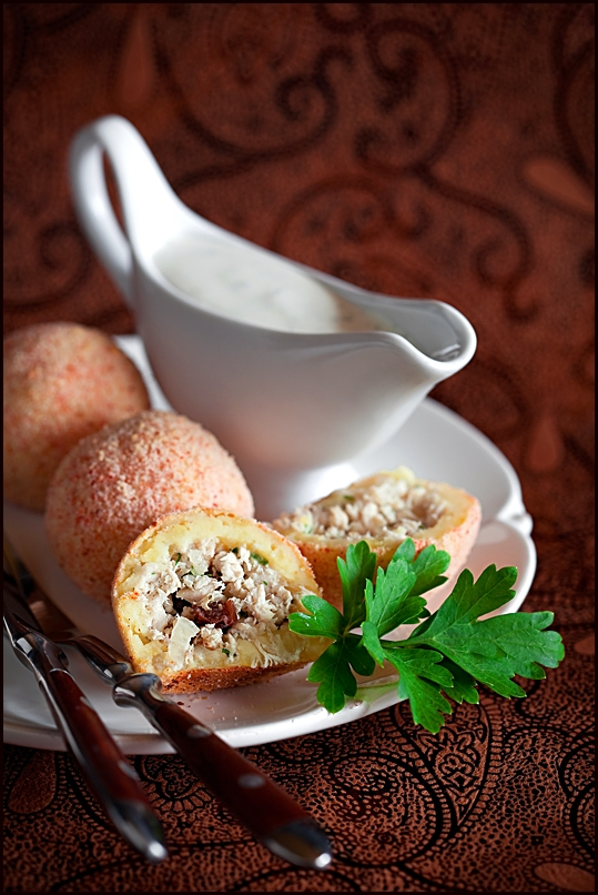 Potato croquettes stuffed with chicken and raisins