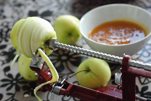 õuna treipink Moster Hulda/peeling apples with my Moster Hulda