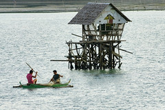Fishermen at Tagbilaran, Bohol, Philippines (Curufinwe - David B.) Tags: boy sea mer fish beach island boat village sony philippines bohol poisson visayas 70300 70300g sonyalpha700 baroto sony70300gssm