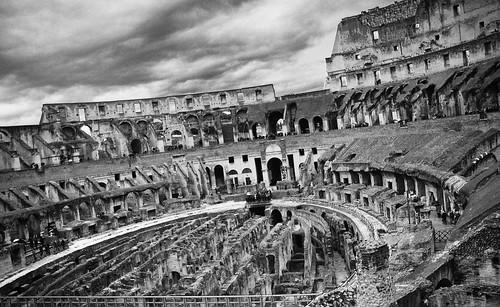 [フリー画像] 建築・建造物, 遺跡, コロッセオ・コロッセウム, イタリア, ローマ, モノクロ写真, 201010121900