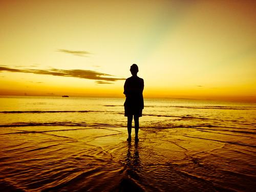 フリー写真素材, 人物, 人と風景, ビーチ・砂浜, 夕日・夕焼け・日没, シルエット,