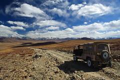 Autumn on the Deosai Plateau, Baltistan, Pakistan (Johan Assarsson) Tags: autumn pakistan mountain jeep northernareas plain 2010 deosainationalpark baltistan pastureland deosaiplains deosaiplateau