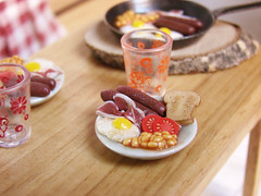 Miniature Food - British Breakfast (PetitPlat - Stephanie Kilgast) Tags: english breakfast tomato egg polymerclay fimo tiny sausages british minifood bakedbeans minis dollhouse frhstck djeuner dollshouse fauxfood puppenhaus petitplat minaiturefood minaituren stephaniekilgast