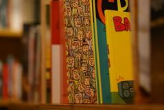 No meio da multido (Bruna Lacrout ) Tags: cores pessoas bokeh portoalegre alegria livro dslr quadrinhos livrariacultura multido sonya230