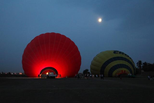 エジプト旅行 ルクソール 日の出前の月と気球