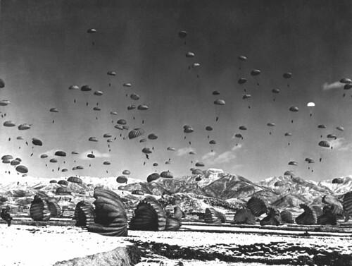 フリー写真素材, 社会・環境, 戦争・軍隊, 歴史, 朝鮮戦争, パラシュート, 空挺兵,